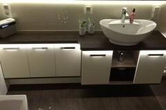 Formschöne Badmöbel mit ovalem Waschtisch und indirekter Beleuchtung
