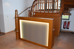 Herstellen einer Treppensäule mit angrenzendem Empfangstresen und indirekter Beleuchtung
