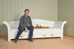 Tischlermeister Jens Mantke auf einem modernen Sitzmöbel