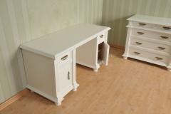 Schreibtisch und Sideboard mit klassischen Verzierungen und Beschlägen