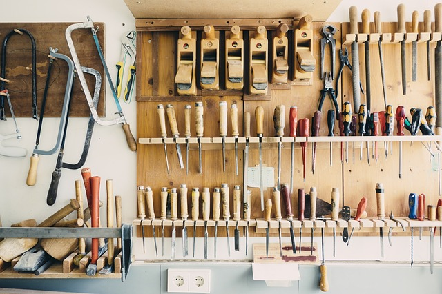 Schreiner Werkzeuge an einer Wand